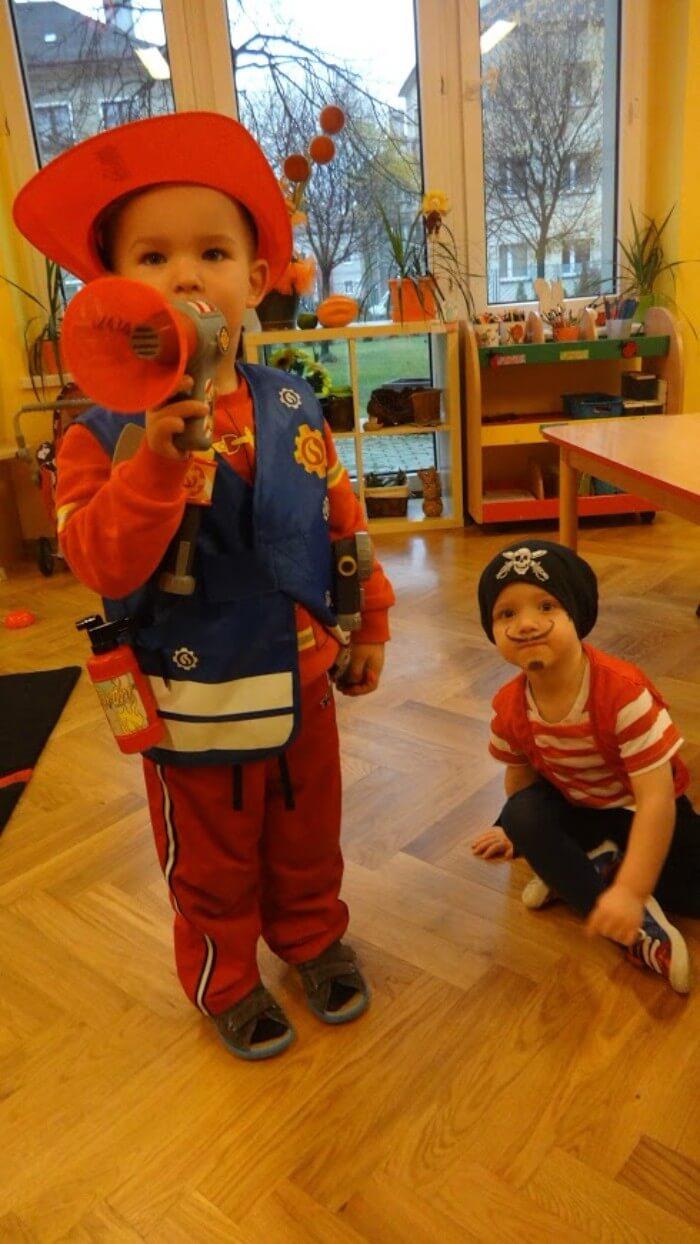dwoje dzieci przebranych za starażaka i pirata