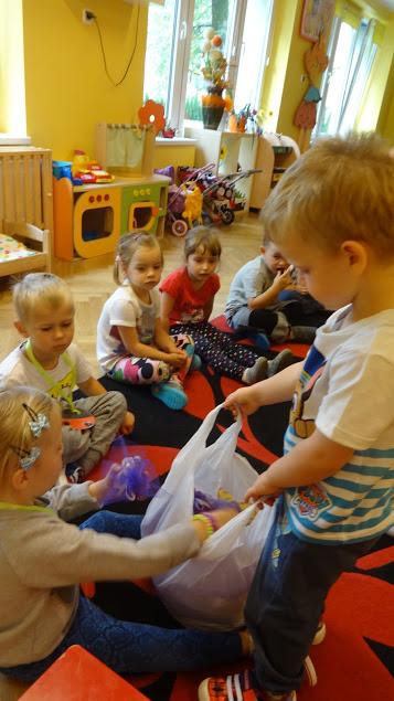 dziecko rozdaje prezenty innym dzieciom