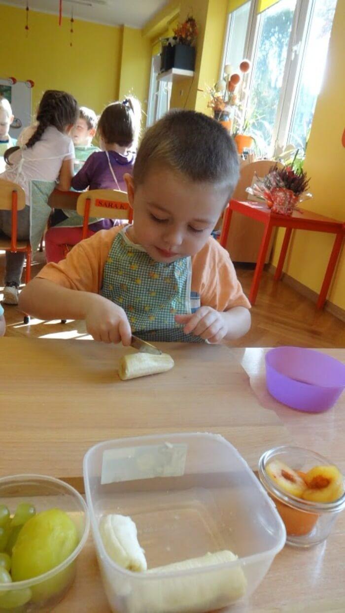 chłopczyk kroi banana