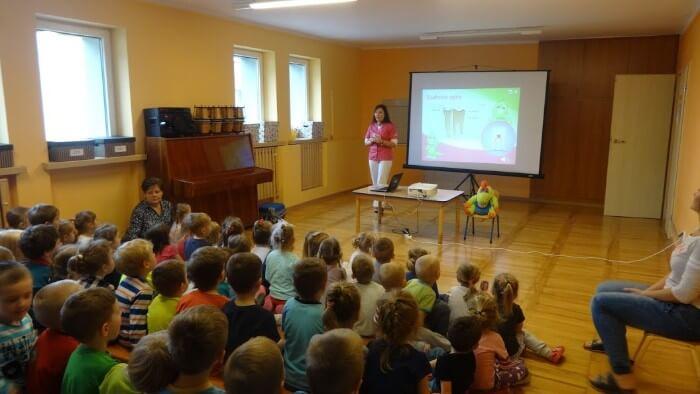 dzieci słuchające wykładu