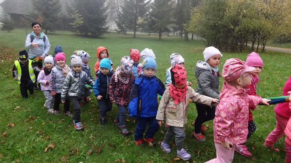 dzieci idące w rzędzie