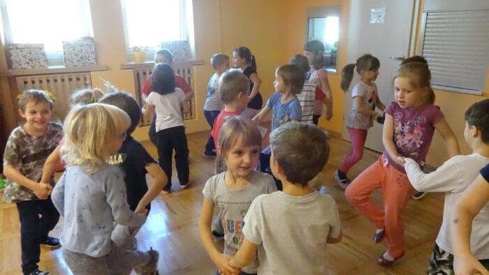 dzieci tańczące