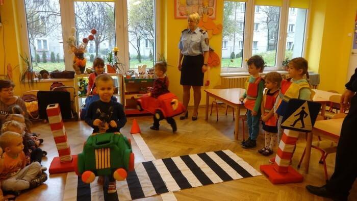 dzieci odgrywają scenki drogowe