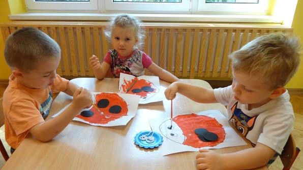 dzieci rysujące biedronki